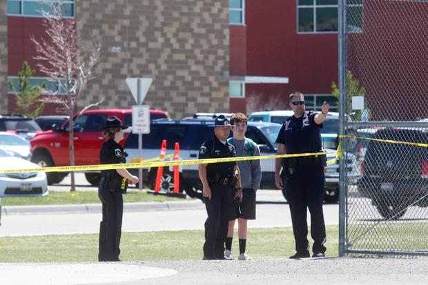 Nữ sinh lớp 6 mang súng bắn bạn học và bảo vệ khiến toàn trường náo loạn, học sinh la hét bỏ chạy, cảnh sát vào cuộc điều tra - Ảnh 1.