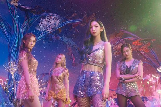 Karina mở màn teaser comeback của aespa: Visual, concept sang-xịn-mịn, nhưng sao đôi dép trông như... của bà ngoại thế này? - Ảnh 1.