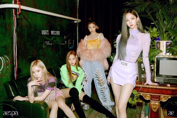 Karina mở màn teaser comeback của aespa: Visual, concept sang-xịn-mịn, nhưng sao đôi dép trông như... của bà ngoại thế này? - Ảnh 6.