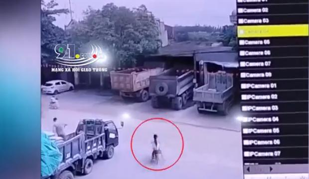 Kinh hoàng khoảnh khắc 2 bé gái đạp xe lao ra đường bị xe ben tông trực diện - Ảnh 1.
