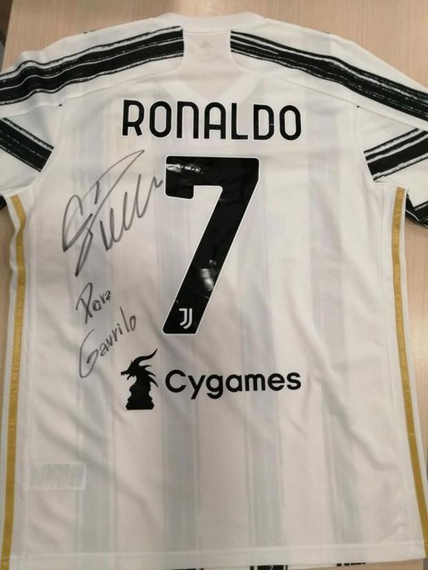 Ronaldo phản ứng đầy nghĩa hiệp khi biết tấm băng đội trưởng của mình được đem bán để giúp đỡ bệnh nhân nhí - Ảnh 1.