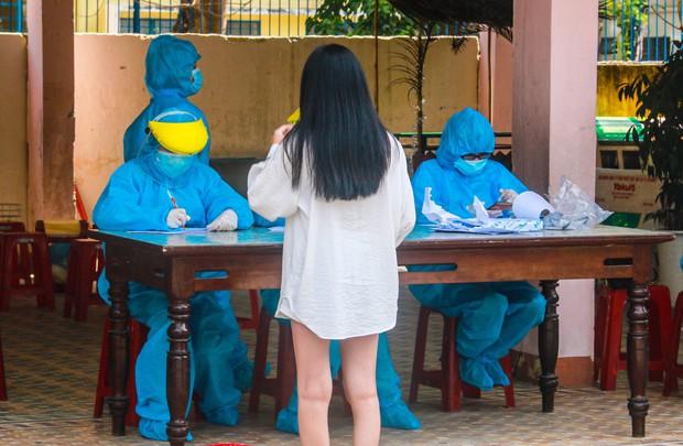 Hàng trăm nhân viên quán bar, karaoke, vũ trường, massage tại Đà Nẵng xét nghiệm COVID-19 - Ảnh 3.