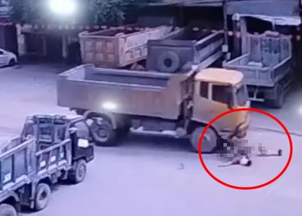 Kinh hoàng khoảnh khắc 2 bé gái đạp xe lao ra đường bị xe ben tông trực diện - Ảnh 3.