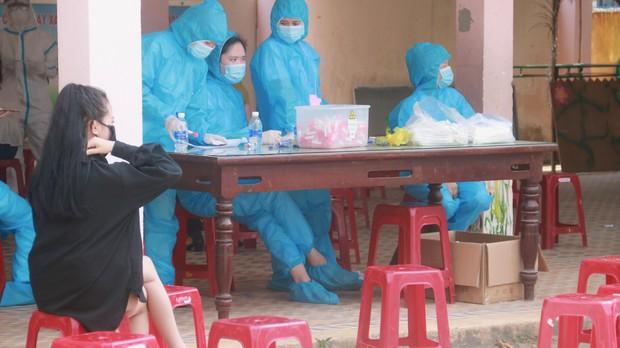 Hàng trăm nhân viên quán bar, karaoke, vũ trường, massage tại Đà Nẵng xét nghiệm COVID-19 - Ảnh 4.