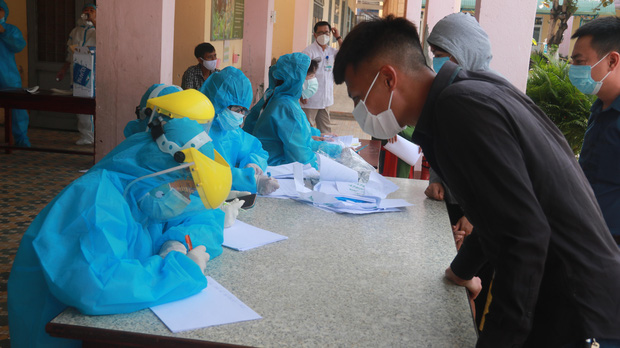 Hàng trăm nhân viên quán bar, karaoke, vũ trường, massage tại Đà Nẵng xét nghiệm COVID-19 - Ảnh 5.