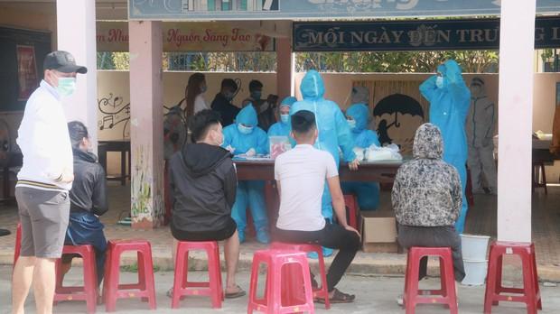 Hàng trăm nhân viên quán bar, karaoke, vũ trường, massage tại Đà Nẵng xét nghiệm COVID-19 - Ảnh 9.