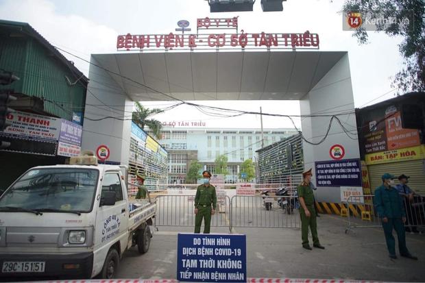Ảnh: Lực lượng quân đội đã có mặt chuẩn bị phun tiêu độc khử khuẩn sau khi ghi nhận 10 ca dương tính SARS-CoV-2 tại Bệnh viện K Tân Triều - Ảnh 1.