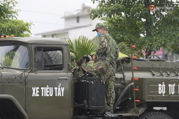 Ảnh: Lực lượng quân đội đã có mặt chuẩn bị phun tiêu độc khử khuẩn sau khi ghi nhận 10 ca dương tính SARS-CoV-2 tại Bệnh viện K Tân Triều - Ảnh 4.