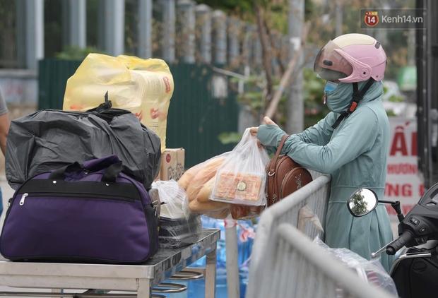 Ảnh: Lực lượng quân đội đã có mặt chuẩn bị phun tiêu độc khử khuẩn sau khi ghi nhận 10 ca dương tính SARS-CoV-2 tại Bệnh viện K Tân Triều - Ảnh 6.