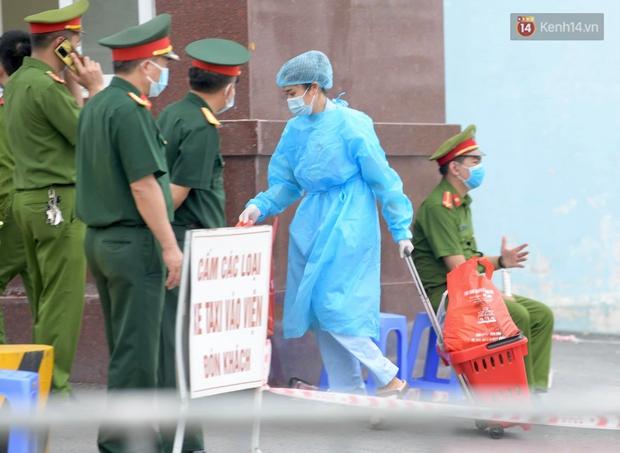 Ảnh: Lực lượng quân đội đã có mặt chuẩn bị phun tiêu độc khử khuẩn sau khi ghi nhận 10 ca dương tính SARS-CoV-2 tại Bệnh viện K Tân Triều - Ảnh 8.