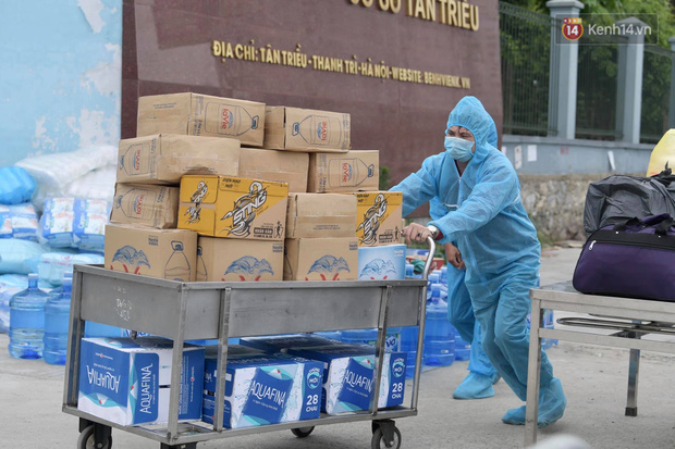 Ảnh: Lực lượng quân đội đã có mặt chuẩn bị phun tiêu độc khử khuẩn sau khi ghi nhận 10 ca dương tính SARS-CoV-2 tại Bệnh viện K Tân Triều - Ảnh 5.