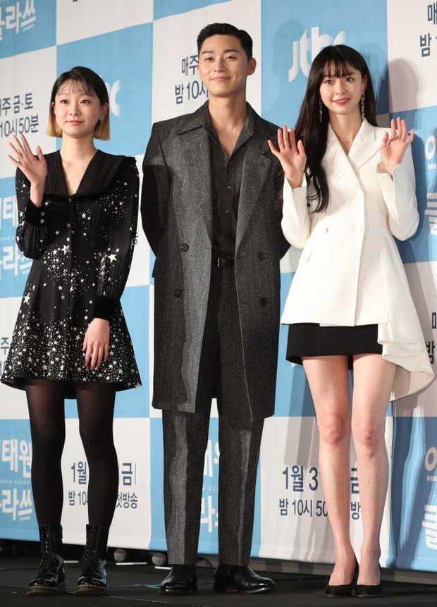 Netizen soi hành động của Park Seo Joon trong họp báo: Tình tứ với Park Min Young, nhưng giữ kẽ với nữ chính Itaewon Class? - Ảnh 7.