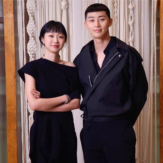 Netizen soi hành động của Park Seo Joon trong họp báo: Tình tứ với Park Min Young, nhưng giữ kẽ với nữ chính Itaewon Class? - Ảnh 6.