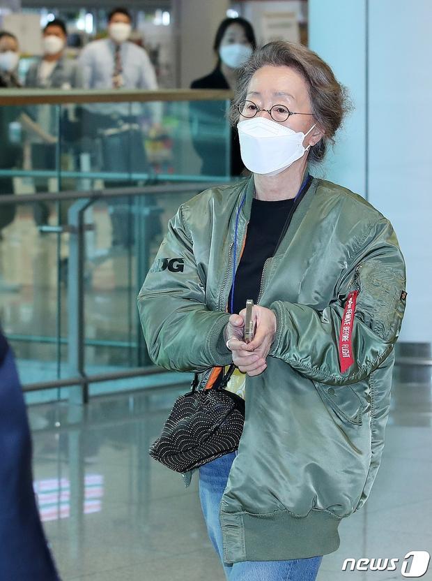 Sao nữ 74 tuổi đã có mặt ở sân bay Hàn Quốc sau chiến thắng lịch sử tại Oscar, phong cách ăn mặc khiến Knet ngỡ ngàng - Ảnh 4.