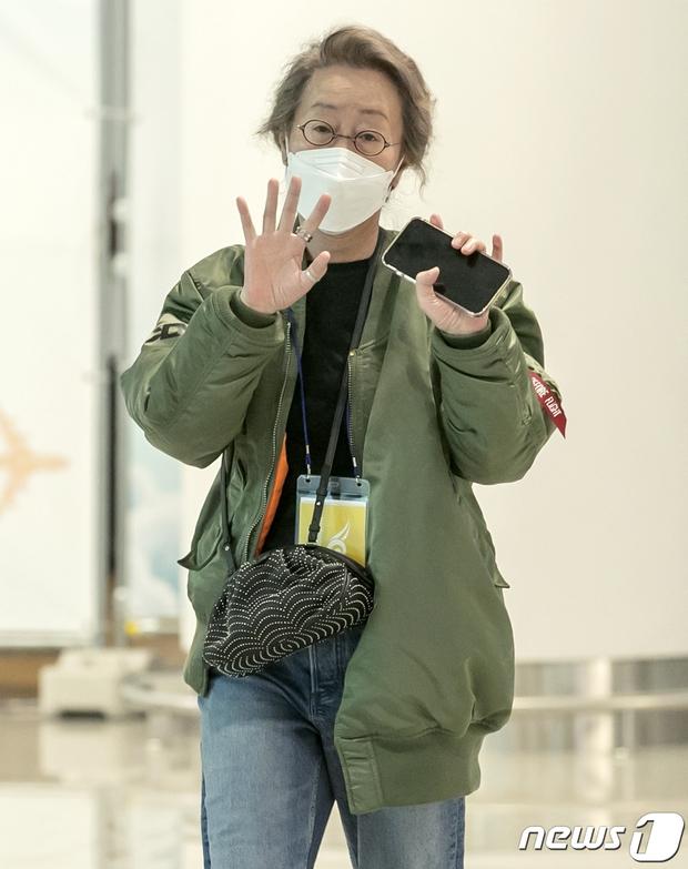 Sao nữ 74 tuổi đã có mặt ở sân bay Hàn Quốc sau chiến thắng lịch sử tại Oscar, phong cách ăn mặc khiến Knet ngỡ ngàng - Ảnh 5.