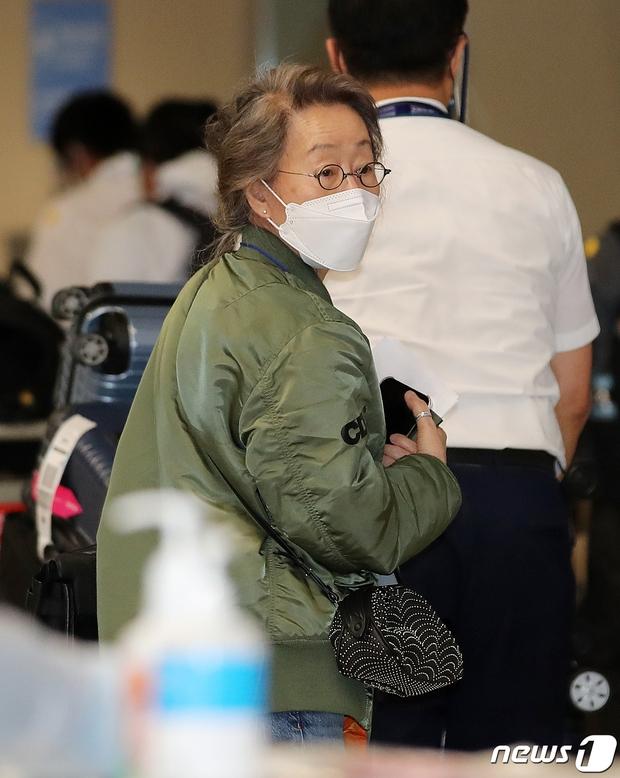 Sao nữ 74 tuổi đã có mặt ở sân bay Hàn Quốc sau chiến thắng lịch sử tại Oscar, phong cách ăn mặc khiến Knet ngỡ ngàng - Ảnh 6.