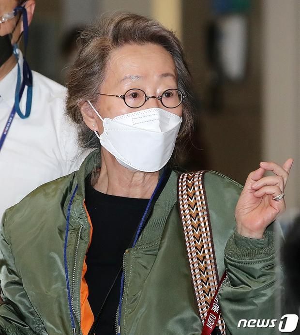 Sao nữ 74 tuổi đã có mặt ở sân bay Hàn Quốc sau chiến thắng lịch sử tại Oscar, phong cách ăn mặc khiến Knet ngỡ ngàng - Ảnh 3.