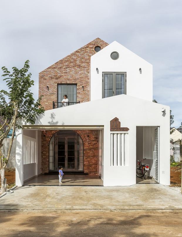 Vợ chồng 9X xây ngôi nhà lấy cảm hứng từ nhà rông và kiến trúc Pháp, riêng vật liệu phải lặn lội xuống Đồng Nai mua về - Ảnh 1.