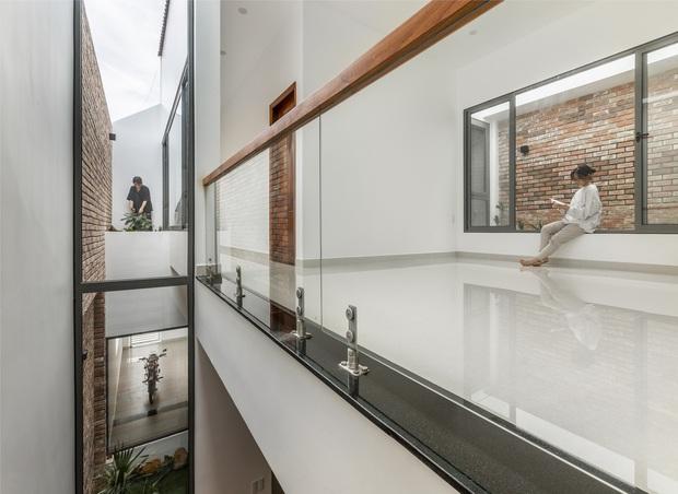 Vợ chồng 9X xây ngôi nhà lấy cảm hứng từ nhà rông và kiến trúc Pháp, riêng vật liệu phải lặn lội xuống Đồng Nai mua về - Ảnh 10.