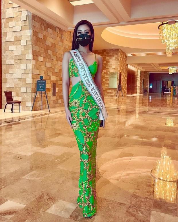 """Khánh Vân liên tục ghi điểm với outfit màu nổi, khoe vòng 1 căng đầy cùng thần thái """"đỉnh chóp"""" trong ngày 2 nhập cuộc Miss Universe - Ảnh 2."""