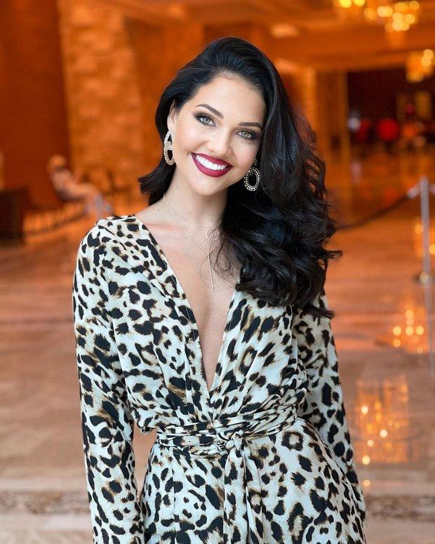 """Khánh Vân liên tục ghi điểm với outfit màu nổi, khoe vòng 1 căng đầy cùng thần thái """"đỉnh chóp"""" trong ngày 2 nhập cuộc Miss Universe - Ảnh 7."""