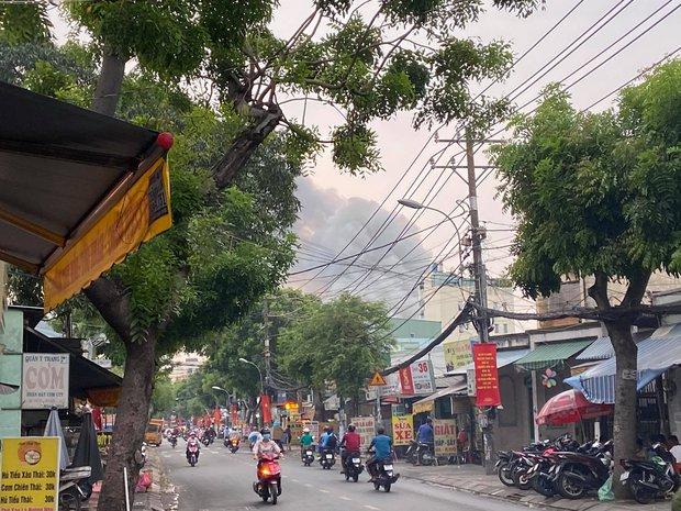 TP.HCM: Phim trường Sao Việt bị cháy dữ dội, nhiều người ôm bình gas bỏ chạy thoát thân  - Ảnh 1.