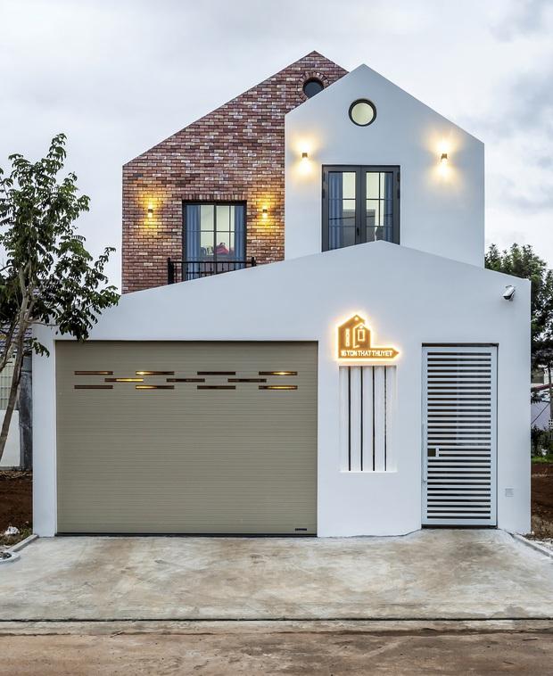 Vợ chồng 9X xây ngôi nhà lấy cảm hứng từ nhà rông và kiến trúc Pháp, riêng vật liệu phải lặn lội xuống Đồng Nai mua về - Ảnh 2.