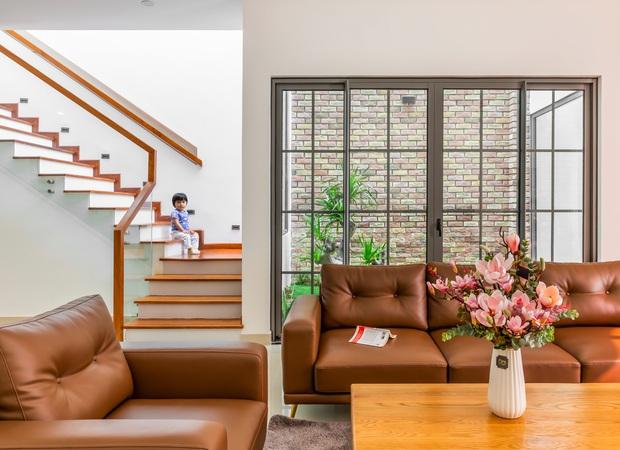 Vợ chồng 9X xây ngôi nhà lấy cảm hứng từ nhà rông và kiến trúc Pháp, riêng vật liệu phải lặn lội xuống Đồng Nai mua về - Ảnh 5.