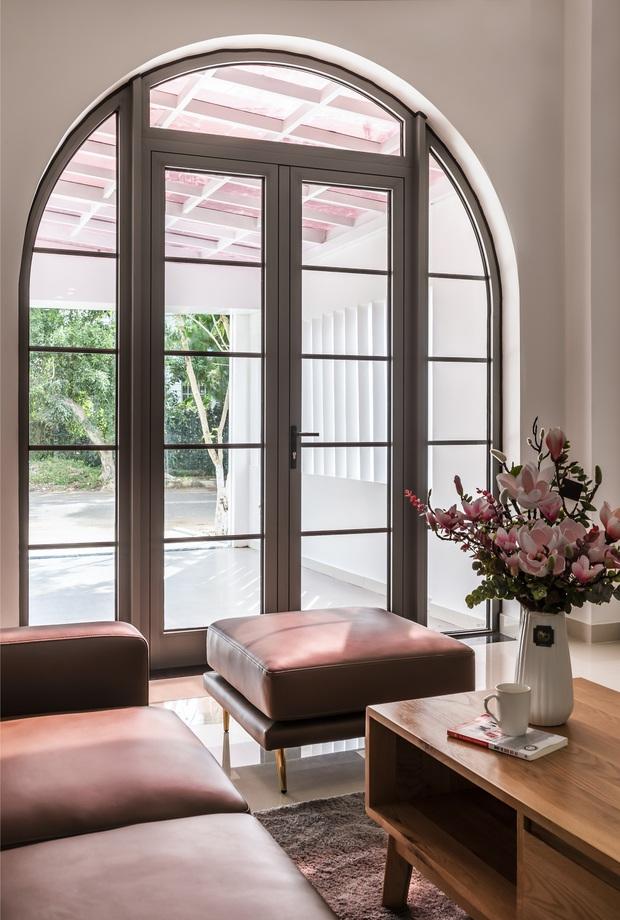 Vợ chồng 9X xây ngôi nhà lấy cảm hứng từ nhà rông và kiến trúc Pháp, riêng vật liệu phải lặn lội xuống Đồng Nai mua về - Ảnh 6.