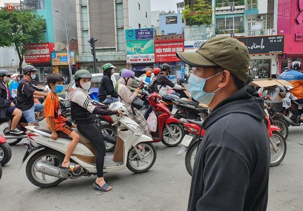 Người thân ngã quỵ, chờ đợi đón nhận 8 thi thể trong vụ cháy ở Sài Gòn: Thằng Đ. nó hẹn lên chơi ít bữa rồi về, vậy mà có về được nữa đâu - Ảnh 6.
