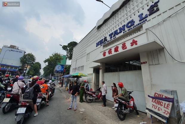 Người thân ngã quỵ, chờ đợi đón nhận 8 thi thể trong vụ cháy ở Sài Gòn: Thằng Đ. nó hẹn lên chơi ít bữa rồi về, vậy mà có về được nữa đâu - Ảnh 4.