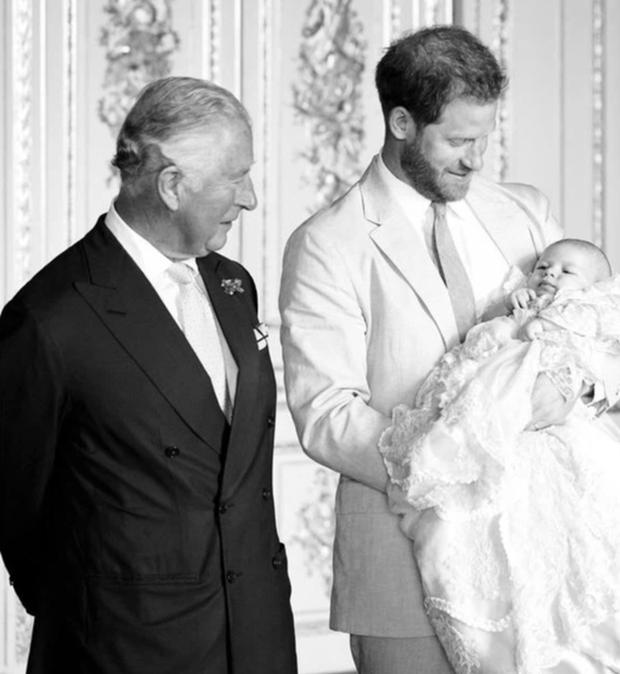 Thêm lý do khiến Meghan bị bố chồng hắt hủi trong ngày sinh nhật con trai Archie và phản ứng hờ hững của nàng dâu hoàng gia - Ảnh 1.