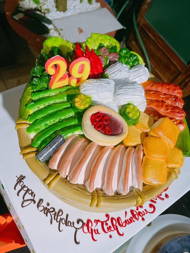 Bà xã tặng Mạc Văn Khoa bánh sinh nhật… bún đậu mắm tôm, chủ nhân bữa tiệc không dám thổi nến vì lý do này - Ảnh 2.