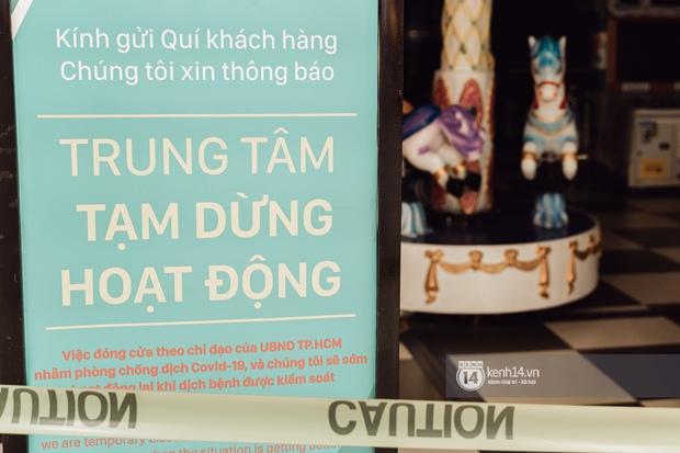 Trung tâm thương mại Sài Gòn ra sao giữa đợt dịch Covid-19 thứ 4: Nơi thì vắng hoe, chỗ vẫn thấy rất đông người check-in - Ảnh 16.