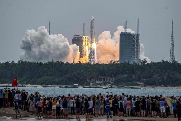 Rác khổng lồ từ tên lửa Trung Quốc đang rơi xuống Trái đất - Ảnh 2.