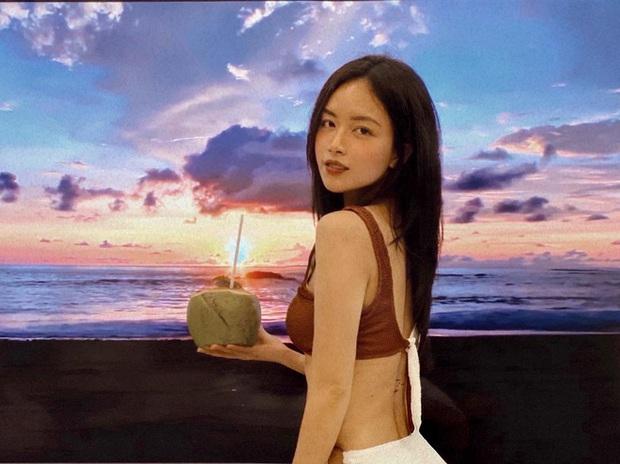 Check-in bikini bên bãi biển vắng, nữ MC sexy tiết lộ bí kíp du lịch an toàn trong mùa dịch - Ảnh 1.