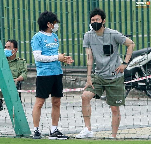 HLV Hà Nội FC tới xem tuyển Việt Nam tập luyện, thầy Park đưa đi gặp lãnh đạo VFF - Ảnh 1.