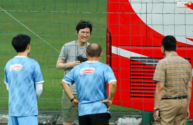HLV Hà Nội FC tới xem tuyển Việt Nam tập luyện, thầy Park đưa đi gặp lãnh đạo VFF - Ảnh 4.