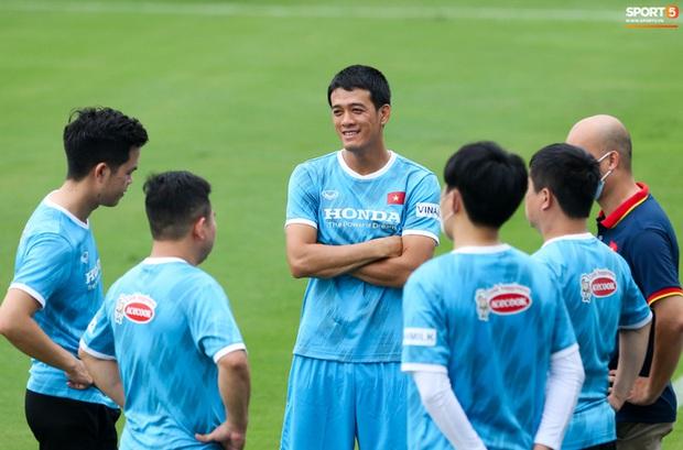 HLV Hà Nội FC tới xem tuyển Việt Nam tập luyện, thầy Park đưa đi gặp lãnh đạo VFF - Ảnh 5.
