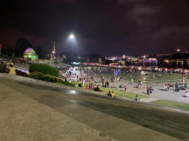 CHƯA TỪNG THẤY: Quảng trường Đà Lạt vắng không có có bóng người vào đêm cuối tuần sau cơn bão du lịch 30/4 - 1/5 - Ảnh 2.