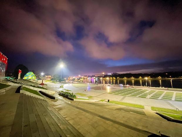 CHƯA TỪNG THẤY: Quảng trường Đà Lạt vắng không có có bóng người vào đêm cuối tuần sau cơn bão du lịch 30/4 - 1/5 - Ảnh 1.