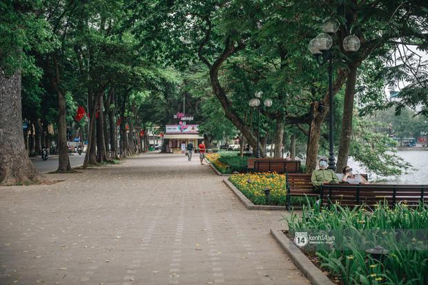 Phố đi bộ Hà Nội vắng tanh giữa đợt dịch Covid-19 thứ 4, khung cảnh trái ngược so với những tuần trước cho thấy tinh thần phòng dịch rất cao - Ảnh 2.
