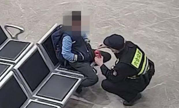Cậu bé 12 tuổi lang thang ngoài đường giữa đêm, hành động kỳ lạ nhưng chỉ nói một câu khiến cảnh sát nghẹn ngào, dân tình thương trào nước mắt - Ảnh 3.
