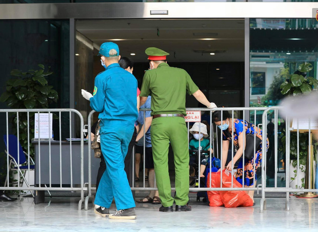 Hà Nội: Lập rào chắn, cách ly y tế tạm thời chung cư The Legacy sau ca dương tính với SARS-CoV-2 - Ảnh 4.