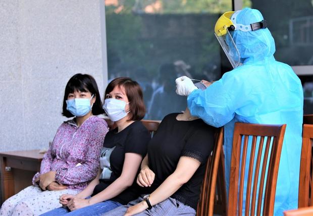 Lãnh đạo sở là F1, Đà Nẵng xét nghiệm gần 1.400 người tại tòa nhà Trung tâm Hành chính - Ảnh 3.