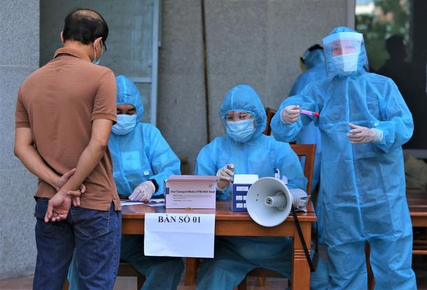 Lãnh đạo sở là F1, Đà Nẵng xét nghiệm gần 1.400 người tại tòa nhà Trung tâm Hành chính - Ảnh 1.