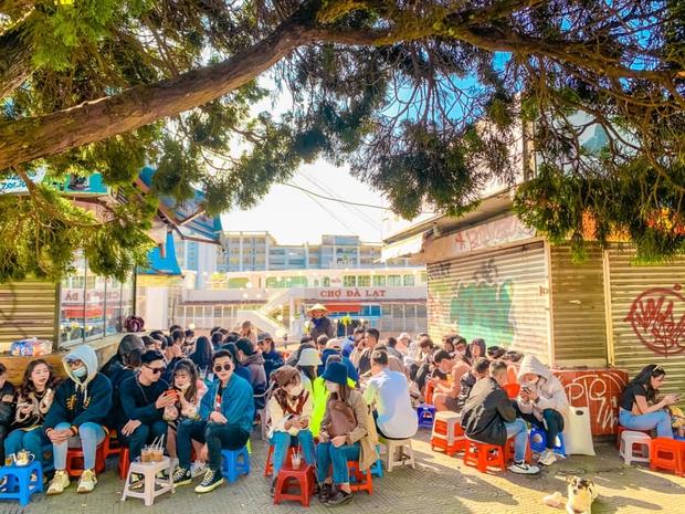 CHƯA TỪNG THẤY: Quảng trường Đà Lạt vắng không có có bóng người vào đêm cuối tuần sau cơn bão du lịch 30/4 - 1/5 - Ảnh 5.