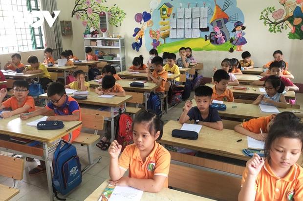 Giáo viên ở Lào Cai đến tận nhà học sinh phát đề, giám sát làm bài thi - Ảnh 1.