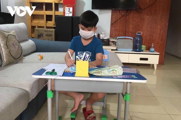 Giáo viên ở Lào Cai đến tận nhà học sinh phát đề, giám sát làm bài thi - Ảnh 2.