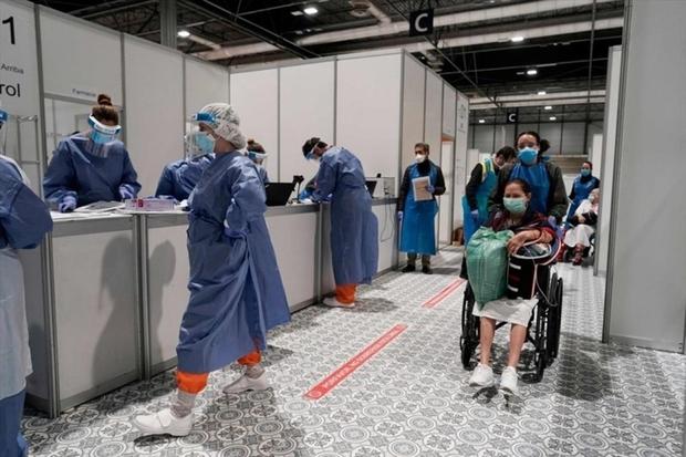 Châu Âu bắt đầu mở cửa trở lại, Châu Á tăng tốc tiêm vaccine ngừa Covid-19 - Ảnh 1.